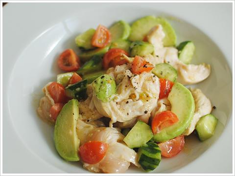 家庭で簡単しっとりサラダチキンとアボカドのサラダ、にんにく風味
