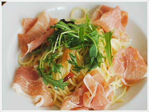 サンダニエーレ産生ハムとベビーリーフのアーリオ オーリオ エ ペペロンチーノのスパゲッティ