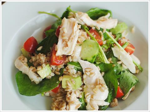 お湯につけるだけ!家庭で簡単サラダチキン、しっとり鳥むね肉とスペルト小麦、アボカドのサラダ