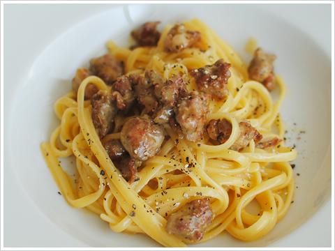 【レシピ】イタリアの粗挽き生ソーセージ、サルシッチャを使ったカルボナーラのリングイーネ