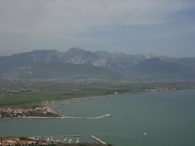 カッラーラの海と山と町
