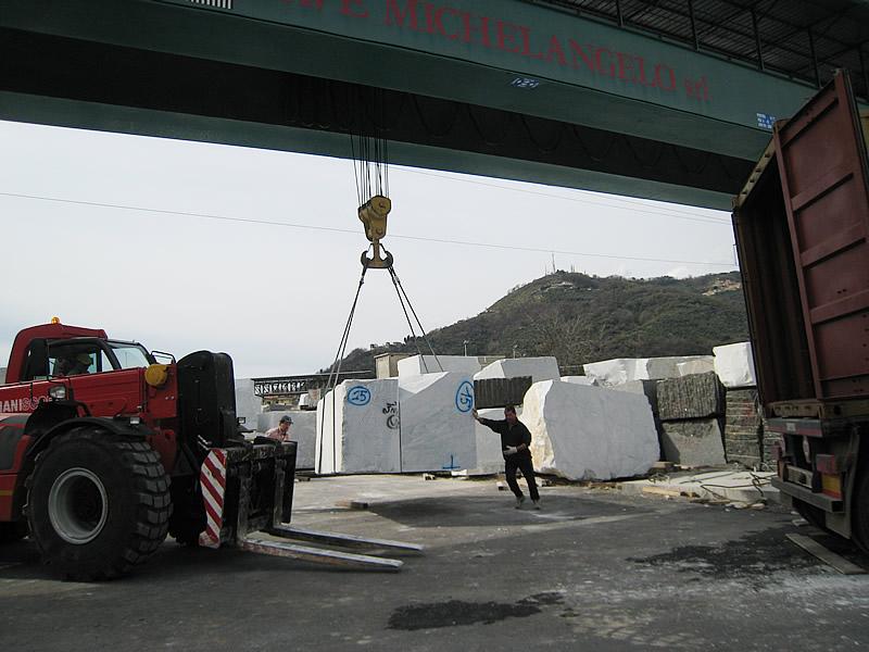 カッラーラで大理石運搬中