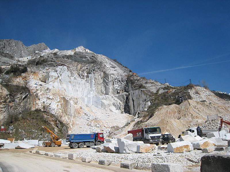 カッラーラの山の大理石の石切り場