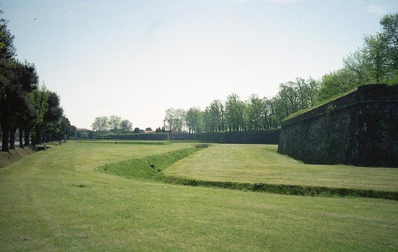 ルッカの城壁の内側
